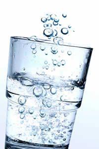 gefülltes Wasserglas